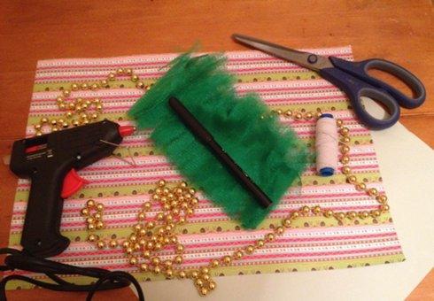 Нам потрібно: •Аркуш картону (зелених або блакитних відтінків) або, як в моєму випадку, картон для кардмейкінгу •Аркуш паперу А4 •Зелений фатин, стрічка 10см. (приблизно 3м) •Блискучі буси •Ножиці •Фломастер (олівець, ручка) •Термопістолет •Нитка-мотузка