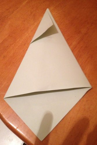 По-друге, готуємо конус (стовбур ялинки) – для цього спочатку згортаємо з аркушу паперу конус необхідної нам форми та розміру